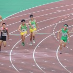 4×100mR決勝 3走岸から4走谷本にバトンパス