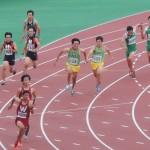 4×100mR決勝 3走阿佐美から4走山田へバトンパス